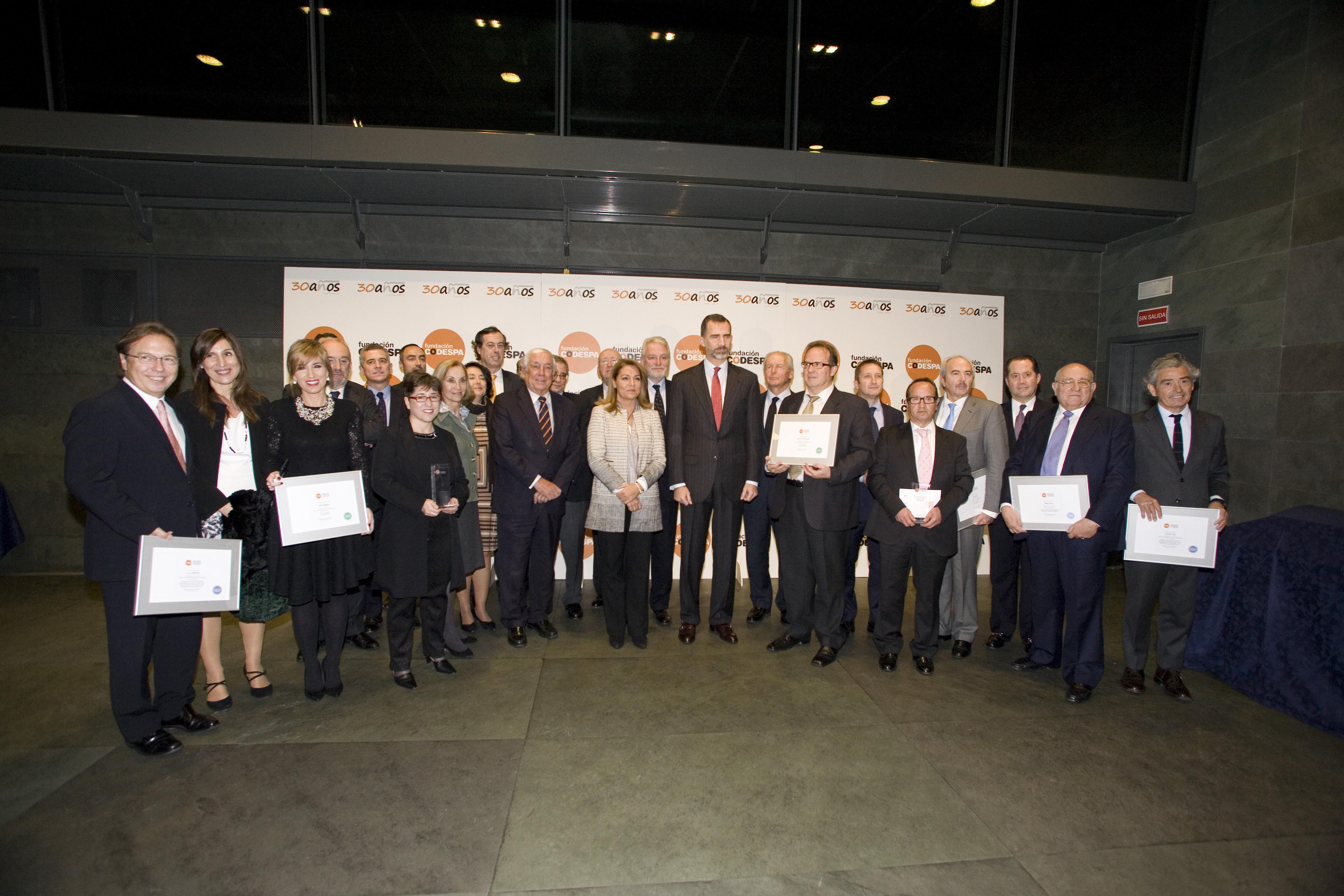 Núria Vilanova en la entrega de la XVIII edición de los premios CODESPA junto S.M. el Rey Felipe VI, componentes del jurado y premiados
