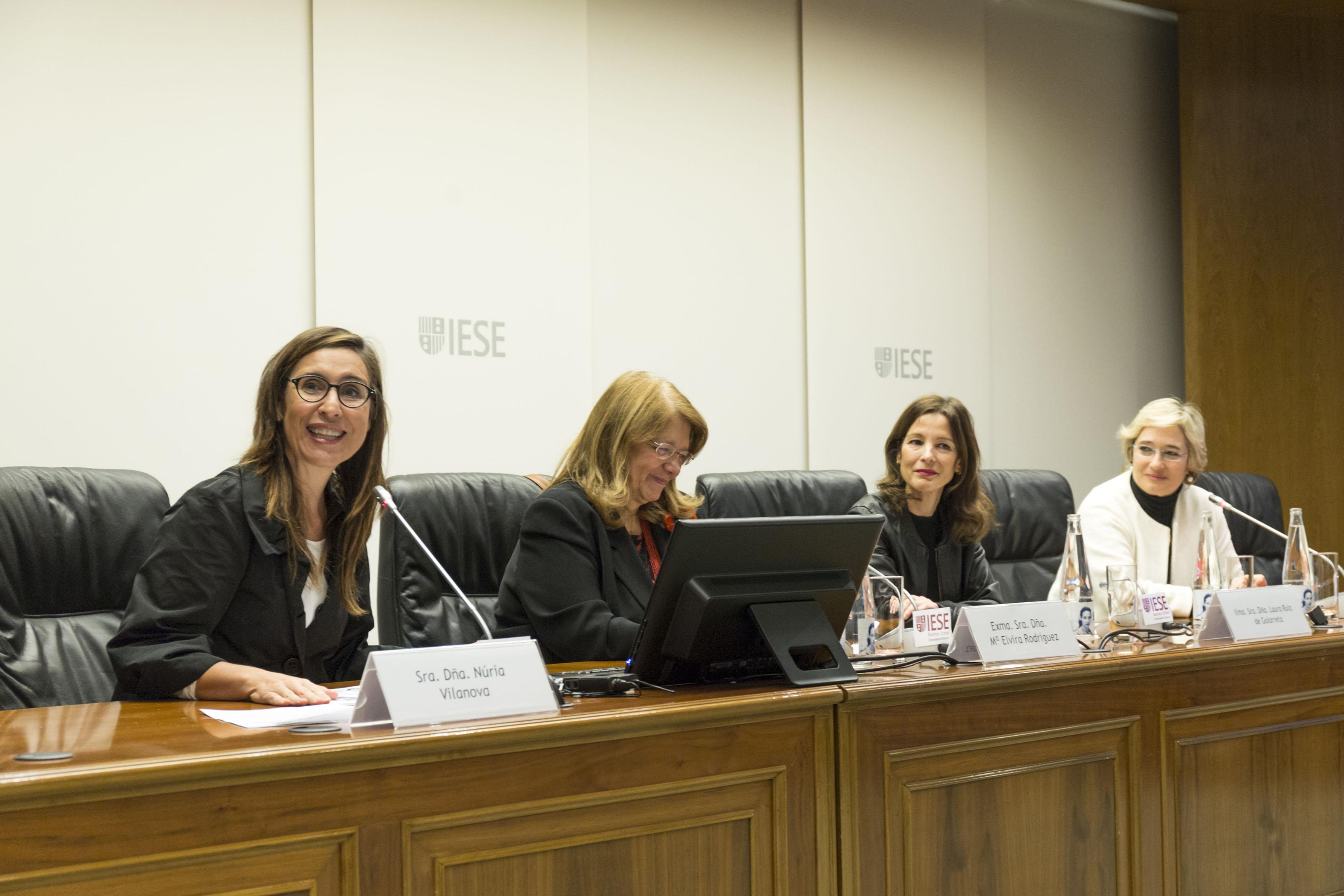 Núria Vilanova, presidenta de ATREVIA y copresidenta del Foro del Buen Gobierno y Accionariado; Elvira Rodríguez, presidenta de la Comisión Nacional del Mercado de Valores (CNMV); Laura Ruiz de Galarreta, directora general de la Mujer de la Comunidad de Madrid y Nuria Chinchilla, profesora de la Escuela de Negocios IESE.